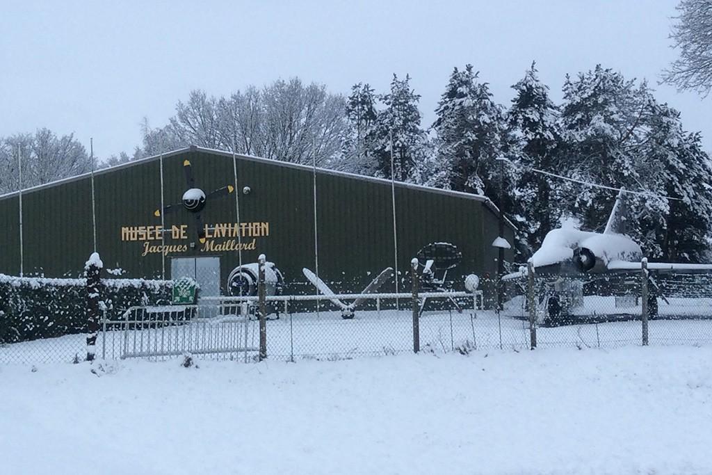 le Musée de l'Aviation de Warluis sous la neige.